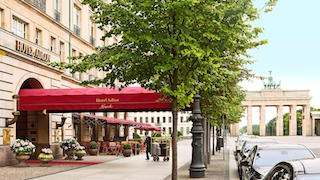 This is a picture of the Adlon hotel with a view of the Brandebourg gate in the background