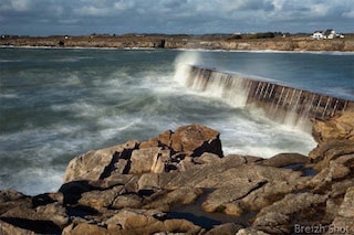 This picture shows the dam of Kerroch, a wave is crossing it